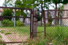 Παλαιοί φράκτης και πύλη μετάλλων Στοκ Εικόνα