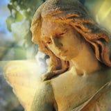 Παλαιός άγγελος φυλάκων αγαλμάτων χρυσός στη θρησκεία φωτός του ήλιου, Στοκ Φωτογραφίες