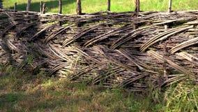 Παλαιός αγροτικός ξύλινος υφαμένος φράκτης απόθεμα βίντεο