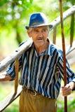 Παλαιός αγρότης με τα εργαλεία Στοκ εικόνες με δικαίωμα ελεύθερης χρήσης