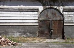 παλαιός ακατέργαστος πυλών μορφής Στοκ φωτογραφία με δικαίωμα ελεύθερης χρήσης