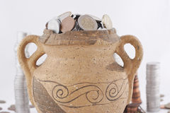 Παλαιός αμφορέας με τα νομίσματα Στοκ εικόνες με δικαίωμα ελεύθερης χρήσης