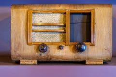 Παλαιός αναδρομικός ραδιο δέκτης στο ράφι στοκ εικόνες