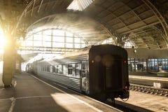 Παλαιός αναδρομικός σταθμός επιβατών στον ήλιο και σύνθεση τραίνων με μια ατμομηχανή και ένα επιβατικό αυτοκίνητο στοκ φωτογραφία με δικαίωμα ελεύθερης χρήσης