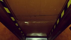 Παλαιός ανελκυστήρας στις κινήσεις ξενοδοχείων φιλμ μικρού μήκους
