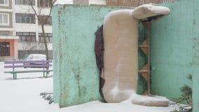Παλαιός απορριμμένος καναπές σε ένα δοχείο απορριμμάτων πόλεων φιλμ μικρού μήκους