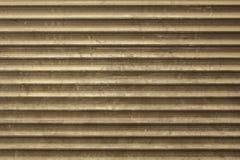 Παλαιός γκρίζος καφετής βρώμικος σκονισμένος τοίχος μετάλλων των τυφλών με τις οριζόντιες γραμμές σύσταση τραχιάς επιφάνειας στοκ φωτογραφία με δικαίωμα ελεύθερης χρήσης
