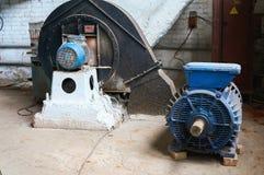 Παλαιός γρατσουνισμένος και σκουριασμένος ηλεκτρικός κινητήρας ανασκόπηση βιομηχανική στοκ εικόνα