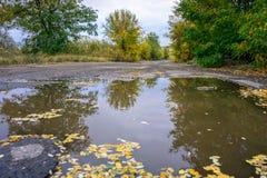 Παλαιός δρόμος με τις λακκούβες στη βιομηχανική περιοχή το φθινόπωρο Στοκ φωτογραφία με δικαίωμα ελεύθερης χρήσης