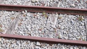 Παλαιός δρόμος ραγών με τις πέτρες φιλμ μικρού μήκους