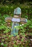 Παλαιός εγκαταλειμμένος σταυρός στο παλαιό νεκροταφείο στοκ φωτογραφία