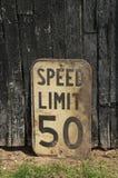 Παλαιός εκλεκτής ποιότητας βρώμικος το όριο 50km οδικό σημάδι Καναδός στοκ εικόνες