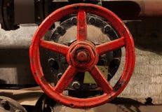 Παλαιός εκλεκτής ποιότητας κόκκινος στρογγυλός κρουνός Στοκ Φωτογραφία