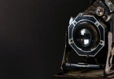 Παλαιός εκλεκτής ποιότητας στενός επάνω καμερών ύφους φυσητήρων με το μαύρο υπόβαθρο στοκ εικόνες