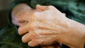 Παλαιός ενήλικος ζωής χεριών απόθεμα βίντεο