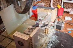 Παλαιός εξοπλισμός επεξεργασίας σε ένα επιτραπέζιο υπόβαθρο Παραγωγή Craftsmaking και κοσμήματος Επάγγελμα χρυσοχόων Στοκ φωτογραφία με δικαίωμα ελεύθερης χρήσης