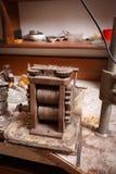 Παλαιός εξοπλισμός επεξεργασίας σε ένα επιτραπέζιο υπόβαθρο Παραγωγή Craftsmaking και κοσμήματος Επάγγελμα χρυσοχόων Στοκ εικόνα με δικαίωμα ελεύθερης χρήσης