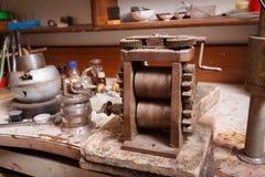 Παλαιός εξοπλισμός επεξεργασίας σε ένα επιτραπέζιο υπόβαθρο Παραγωγή Craftsmaking και κοσμήματος Επάγγελμα χρυσοχόων Στοκ Φωτογραφίες