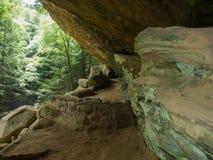 Παλαιός επανδρώνει τη διάβαση πεζών σπηλιών στοκ εικόνες με δικαίωμα ελεύθερης χρήσης