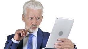 Παλαιός επιχειρηματίας που αντιδρά στην απώλεια στην ταμπλέτα, άσπρο υπόβαθρο φιλμ μικρού μήκους