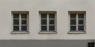 Παλαιός ευρωπαϊκός κλασικός που χτίζει την πρόσοψη τριών παραθύρων Στοκ φωτογραφία με δικαίωμα ελεύθερης χρήσης