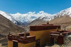 Παλαιός θιβετιανός ναός με τη σειρά βουνών στο υπόβαθρο, Κίνα Στοκ Φωτογραφίες