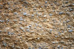 Παλαιός θρυμματισμένος τοίχος με τα χαλίκια για το υπόβαθρο ή τη σύσταση στοκ εικόνα με δικαίωμα ελεύθερης χρήσης