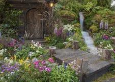 Παλαιός κήπος λουλουδιών κατωφλιών σπιτιών Στοκ Φωτογραφίες