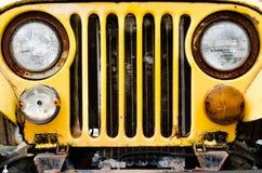 παλαιός κίτρινος αυτοκ&iota Στοκ εικόνες με δικαίωμα ελεύθερης χρήσης