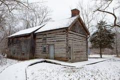 Παλαιός καμπινών Delaurier πάγος χιονιού χειμερινής σκηνής αγροτικών σπιτιών συννεφιάζω κρύος στοκ φωτογραφία