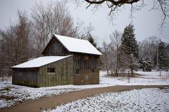 Παλαιός καμπινών Delaurier πάγος χιονιού χειμερινής σκηνής αγροτικών σπιτιών συννεφιάζω κρύος στοκ εικόνα με δικαίωμα ελεύθερης χρήσης
