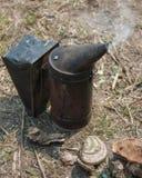 Παλαιός καπνός μελισσοκόμων ` s μετάλλων με έναν καπνίζοντας μύκητα μέσα Στοκ φωτογραφία με δικαίωμα ελεύθερης χρήσης
