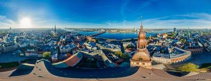 Παλαιός κηφήνας 360 μνημείων κωμοπόλεων εκκλησιών θόλων πόλεων της Ρήγας άποψη vr στοκ φωτογραφία