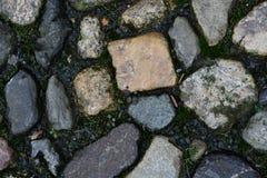 Παλαιός κυβόλινθος στην οδό στοκ εικόνες