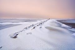 Παλαιός κυματοθραύστης στη Βόρεια Θάλασσα κάτω από το χιόνι Στοκ φωτογραφίες με δικαίωμα ελεύθερης χρήσης