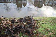 Παλαιός κύκλος που αποκτάται από ένα κανάλι κατά τη διάρκεια του καθαρισμού στο γκούντα, Netherlan Στοκ φωτογραφίες με δικαίωμα ελεύθερης χρήσης