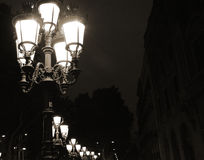 Παλαιός λαμπτήρας οδών στη Βαρκελώνη τη νύχτα στο σκοτεινό υπόβαθρο Στοκ Φωτογραφίες