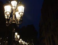 Παλαιός λαμπτήρας οδών στη Βαρκελώνη τη νύχτα Στοκ Εικόνες