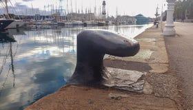 Παλαιός μεγάλος στυλίσκος για την πρόσδεση των σκαφών στο λιμένα στοκ εικόνες
