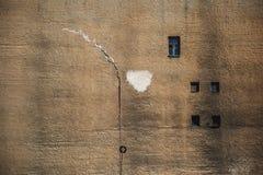Παλαιός μεγάλος τουβλότοιχος με τα παράθυρα στοκ εικόνα