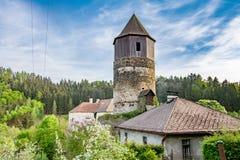 Παλαιός μεσαιωνικός κυκλικός ιστορικός πύργος πετρών στοκ φωτογραφία