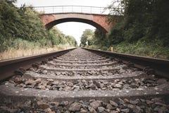 Παλαιός μόλυβδος σιδηροδρομικών γραμμών στον ορίζοντα στοκ εικόνες