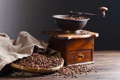 Παλαιός μύλος καφέ και ψημένα φασόλια καφέ Στοκ Φωτογραφίες