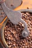 Παλαιός μύλος καφέ και ψημένα φασόλια καφέ Στοκ φωτογραφία με δικαίωμα ελεύθερης χρήσης