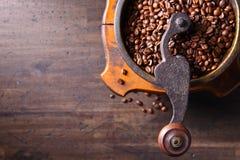Παλαιός μύλος καφέ και ψημένα φασόλια καφέ Στοκ Εικόνα