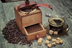 Παλαιός μύλος καφέ με ένα φλιτζάνι του καφέ Στοκ εικόνα με δικαίωμα ελεύθερης χρήσης
