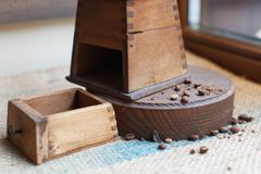 Παλαιός μύλος καφέ τεμαχίων Burlap στο ύφασμα Στοκ Εικόνα