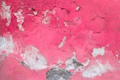 Παλαιός ξεφλουδισμένος φούξια τοίχος στοκ φωτογραφίες