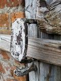 Παλαιός ξύλινος αγροτικός σύρτης πορτών Στοκ εικόνα με δικαίωμα ελεύθερης χρήσης