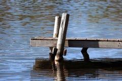 παλαιός ξύλινος αποβαθρώ& Στοκ φωτογραφία με δικαίωμα ελεύθερης χρήσης